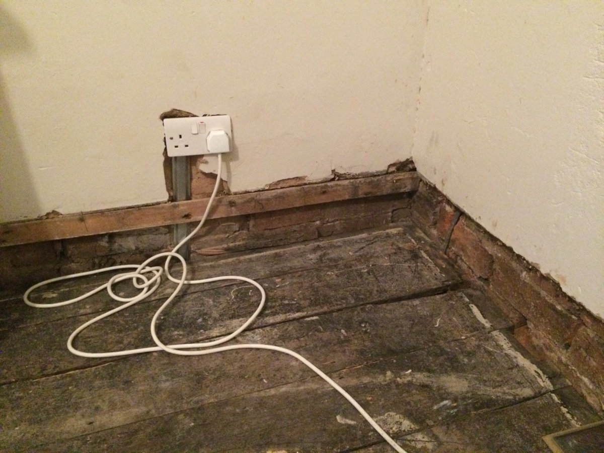 How to fix the skirting board