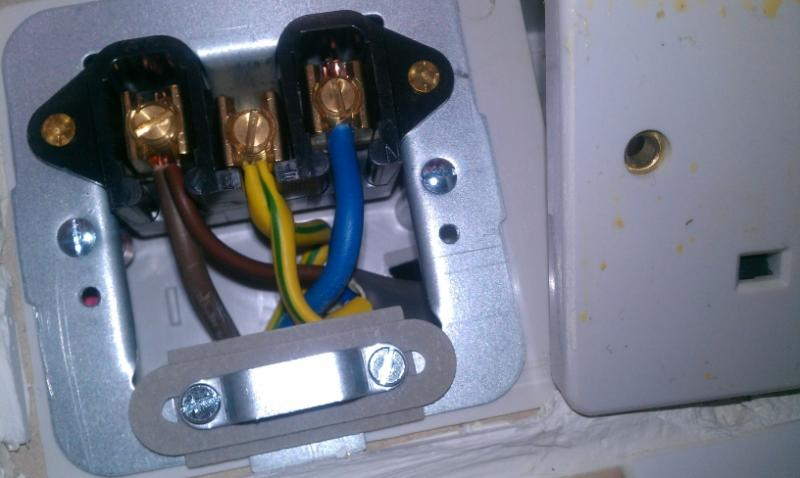wiring a cooker hood s dp fused unit to the cooker s socket rh diynot com wiring in a cooker wiring in a cooker socket