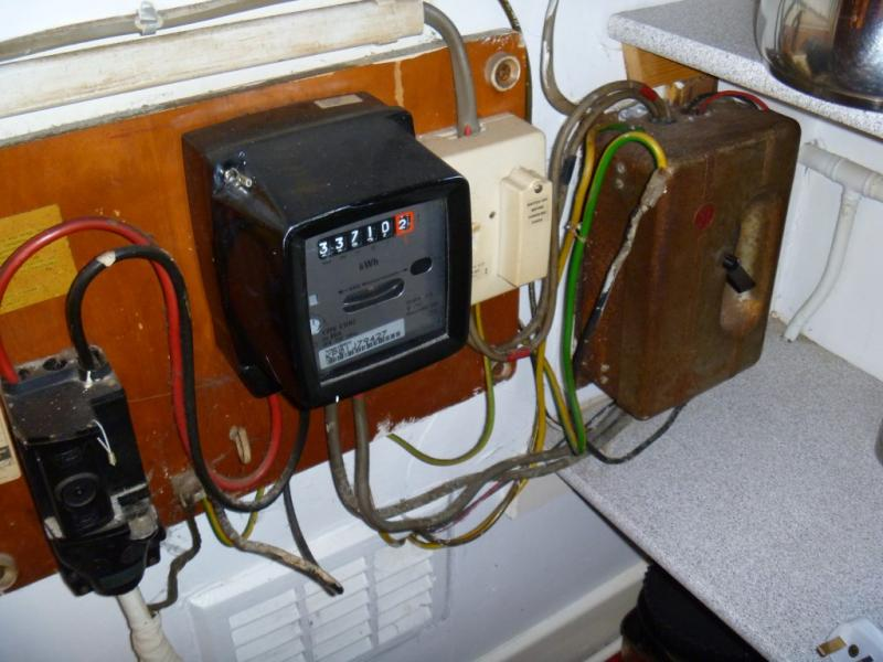 ancient fusebox diynot forums what s the white box between the meter and the metal fuse box i d be grateful for any advice many thanks